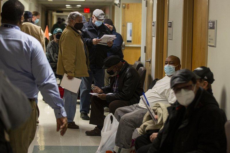 Becerra frustrado por largas filas para vacunarse en EEUU
