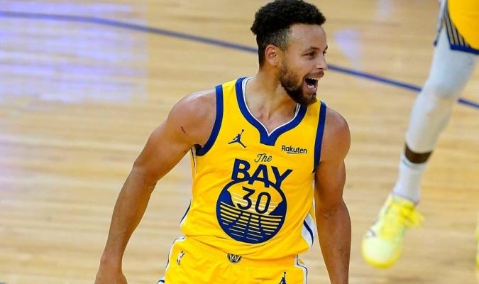 Curry, con un doble-doble, lidera la remontada de los Warriors