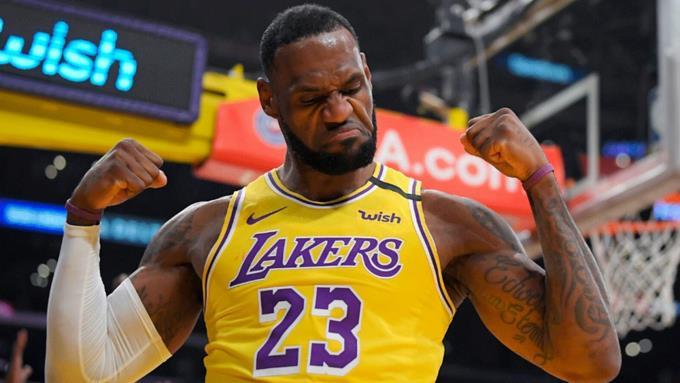 LeBron James logra triple doble y Lakers alargan invicto a 9 victorias