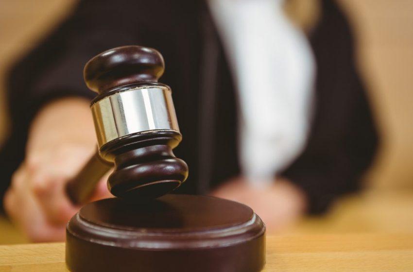 Juez fija garantía económica e impedimento de salida a empleada de JCE acusada de robo asalariado