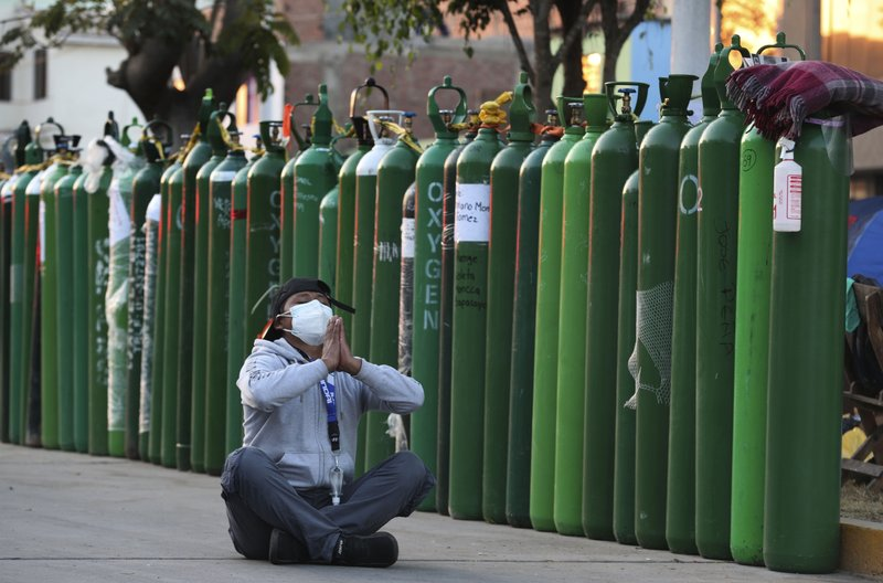 Familiares de enfermos en Perú sufren para conseguir oxígeno