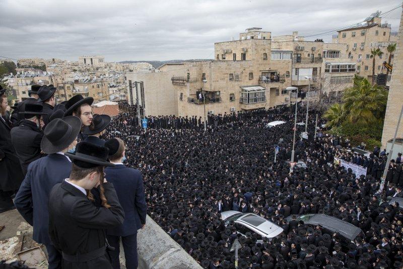 Israel: Ultraortodoxos en funeral, violan normas por virus