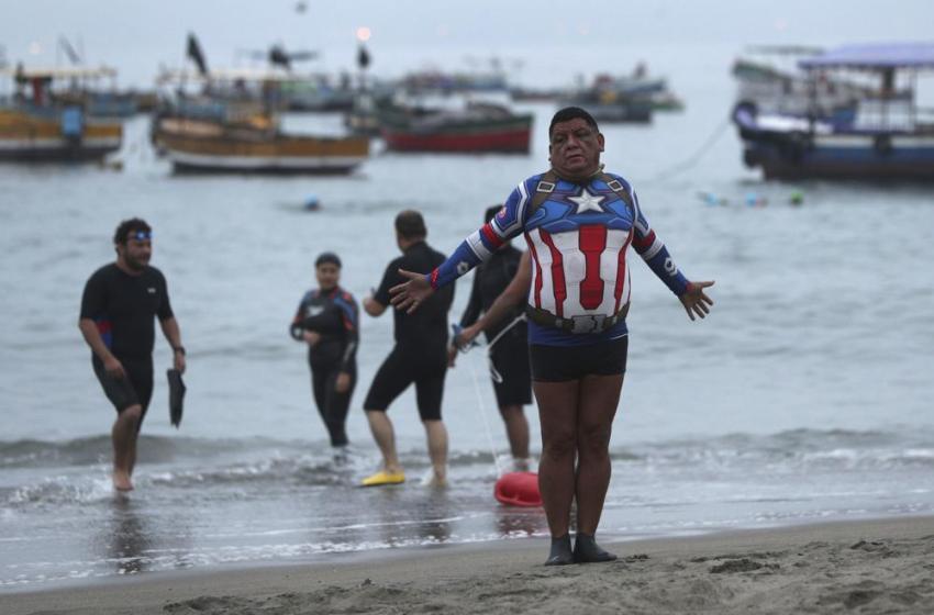 Peruanos nadan en el Pacífico para evadirse de la pandemia