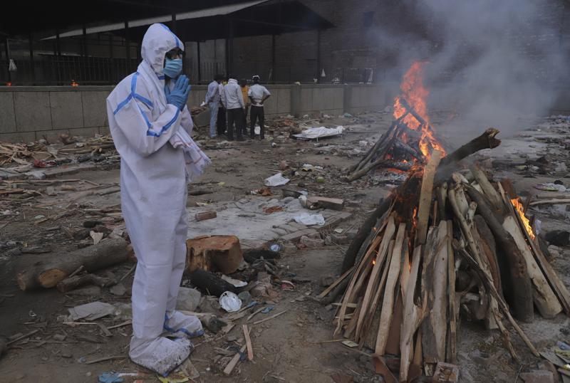 India suma 4.205 muertes más en pleno repunte del COVID-19