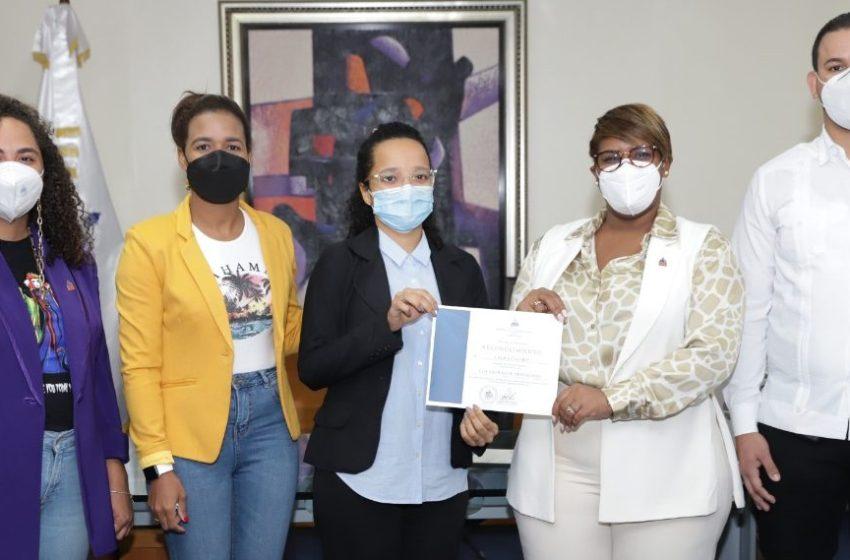 Ministra de la Juventud entrega reconocimientos a colaboradores destacados de la institución
