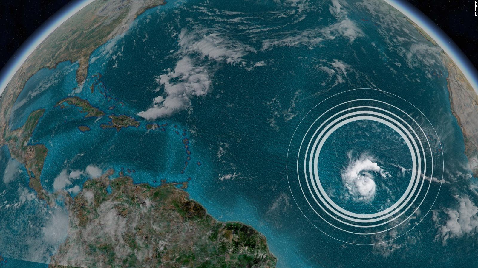 Huracán oscila a medida que se adentra en océano Atlántico