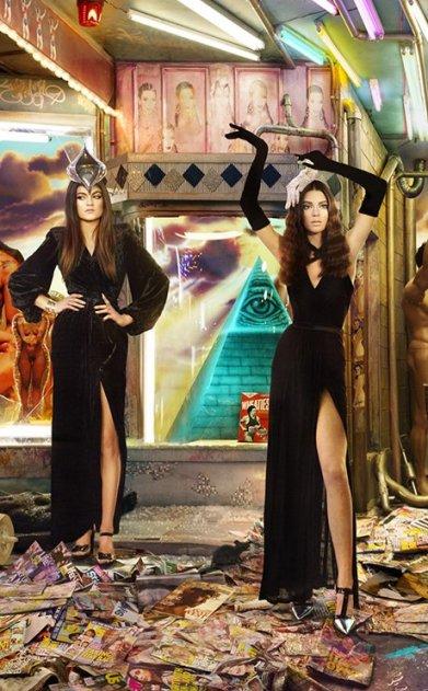 Kylie et Kendall Jenner faire haute couture posant devant une pyramide Illuminati - laissant entendre que fortement ils appartiennent par le système de l'élite occulte.