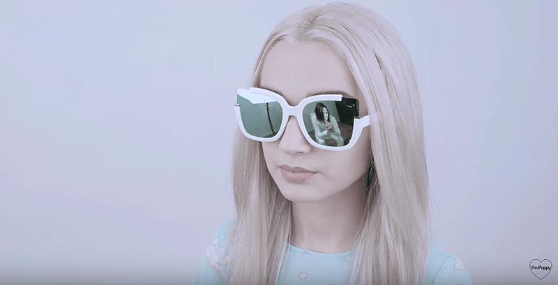 """Uno screen dal video """"Sunglasses"""" di Poppy: nella sua lente notiamo Titanic Sinclair in vesti particolarmente inquietanti"""