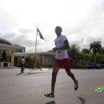 Maratonistas pasan frente al Alma Mater de la UASD por dónde no pasaron sus autoridades este sábado. (Fotos: Genris García)