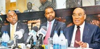 El embajador de Haití, Fritz Cineas, y el ministro para los Haitianos Viviendo en el Exterior, Francois Guillaume II en rueda de prensa.