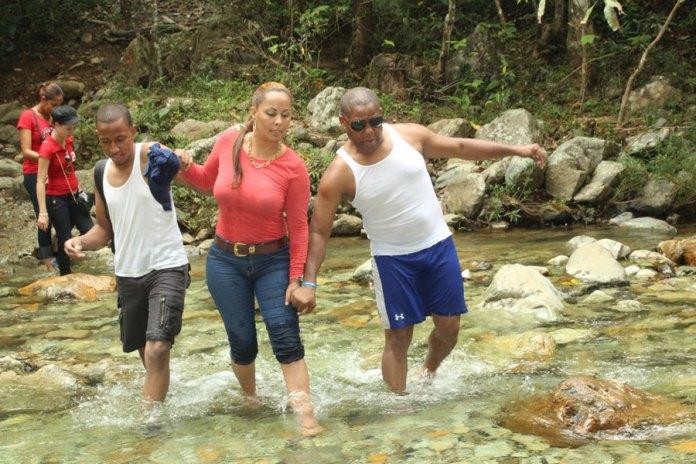 Adán Peguero y su esposa Gina camina en uno de los ríos de Loma Miranda, dónde estuvieron con un grupo de jóvenes de La Cormena. (Fotos: Darwin Feliz)