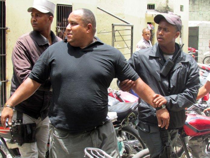 José de la Rosa (Ángel) sostenido por dos policías tras ser detenido por una multitud. (Fotos: Carlos Corporán)