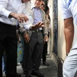 Los doctores Hidalgo Núñez ministro de Salud Pública y Cruz Jiminián de la Fundación del mismo nombre durante el operativo en Cristo Rey