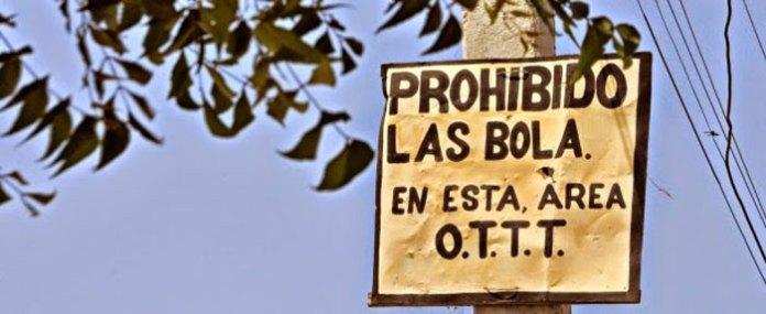 """Este letrero prohibieno """"dar bolas"""" próximo a Azua llama la ateción de los automovilistas y peatones."""
