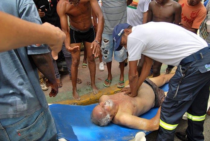 Personal del Sistema Nacional de Emergencia trata de revivir al turista en la Playa de Boca Chica. (Fotos: José Beato)