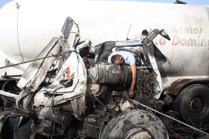 Una de las victimas atrapadas entre los hierros retorcidos del camion accidentado en Paya, Bani. (Fotos: Benny Rodríguez)