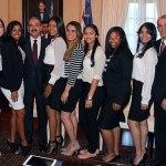 El presidente Danilo Medina, al centro, junto a los estudiantes meritorios, el presidente de la Junta de Alfabetización/NY, Luis Lithgow, y el ministro de Educación, Carlos Amarante Baret.