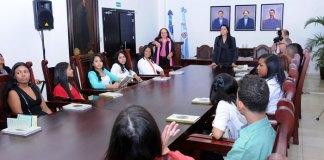 Estudiantes meritorios dominicanos residentes en los Estados Unidos visitaron al ministro de Educación.