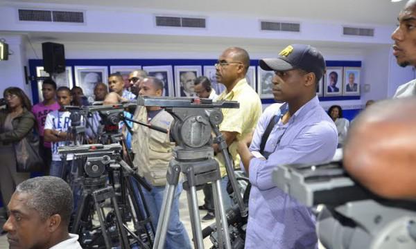 Periodistas y camarógrafos dejan de grabar rueda de prensa del PRD en protesta por agresiones