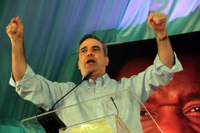 Luis Abinader mientras juramenta seguidores en Los Prados