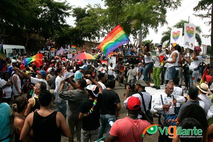 Decenas de lesbianas, gays, bisexuales y transexuales (LGBT) marcharon este domingo por diferentes calles y avenidas de esta capital y Santo Domingo Este. (Fotos: César Guzmán)