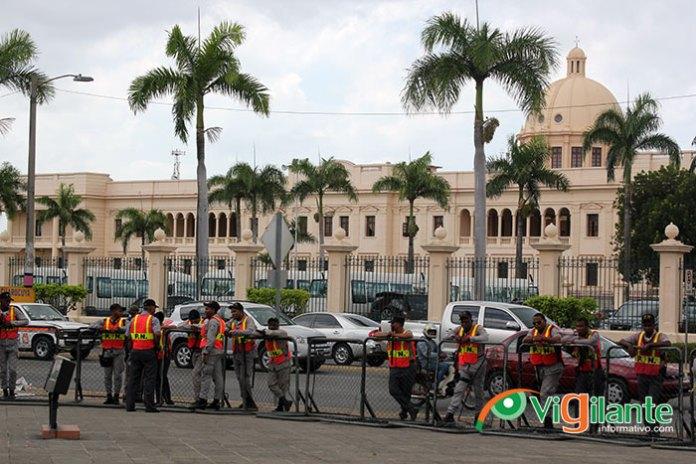 Decenas de policías fueron desplegados en las inmediaciones del Palacio Nacional y del Congreso en espera de protestas sociales. (Fotos: Genris García)