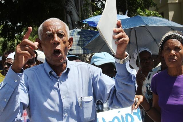 Cilito Eusebio Rijo, dirigente de los pensionados muestra la carta enviada al presidente Danilo Medina. (Fotos: Genris García)