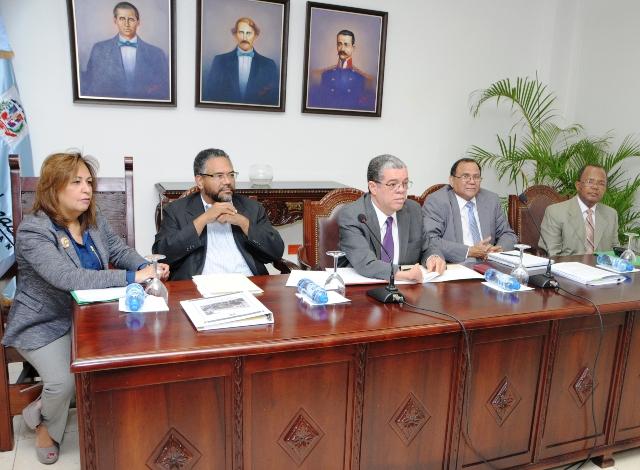 El ministro de Educación, Carlos Amarante Baret y el presidente ADP, Eduardo Hidalgo hablaron al término de una reunión en el Ministerio de Educación.