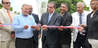 El ministro de Turismo Francisco Javier García y el alcalde Gilberto Serulle en la apertura de la Plaza de Los Artesanos, ubicada en el área monumental.