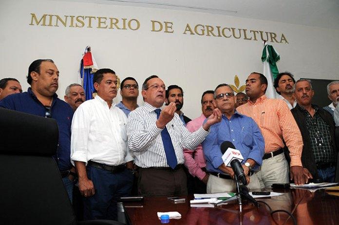 El ministro de Agricultura, Ángel Estévez, junto a los productores de pollos del país.