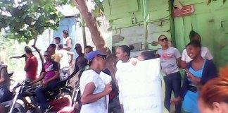 Vecinos de Villa Liberación se concentraron frente a la dotación policial del sector a reclamar arreglo de sus calles.