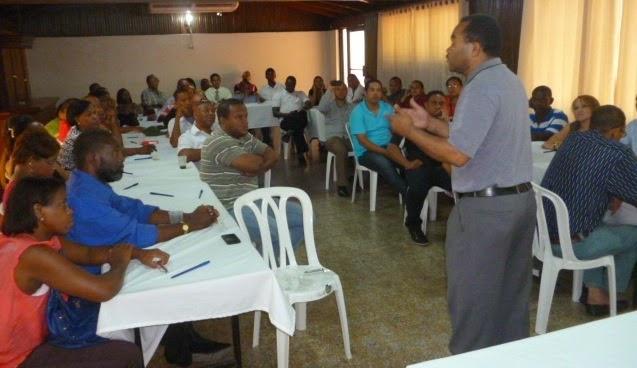 Francisco Luciano, candidato a alcalde en Santo Domingo Oeste habla a los participantes en el taller