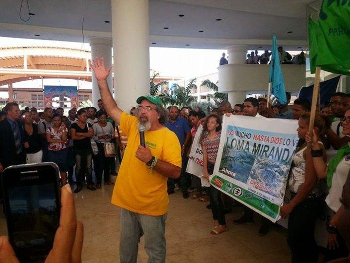 El pasado viernes, en el Centro Universitario de esta ciudad, el padre Rogelio Cruz participó en una actividad también a favor de Loma Miranda.