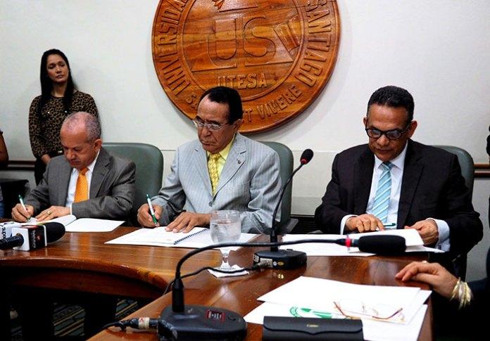 Freddy Hidalgo, ministro de Salud Pública; Príamo Rodríguez, rector de UTESA, y Ramón Ventura Camejo, ministro de Administración Pública, firman el convenio.