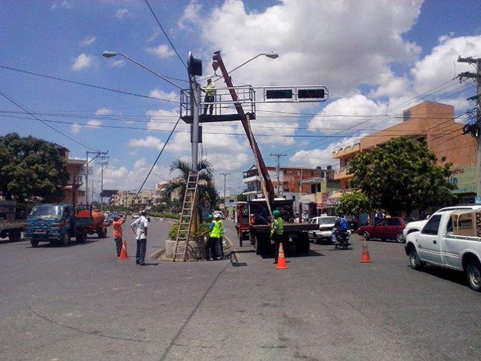 Personal de la AMET y el Ayuntamiento de Santo Domingo Este reparan los semáforos dañados, entre ellos el de la San Vicente de Paúl con 4 de Agosto
