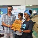 Roland Liebetrau, susurrador 2014, Sterlina Guerrero de Domincan Treasure y Leida Douglas, administradora del Museo las Ballenas en Samaná, durante la entrega del sello de calidad al museo en marzo del presente año