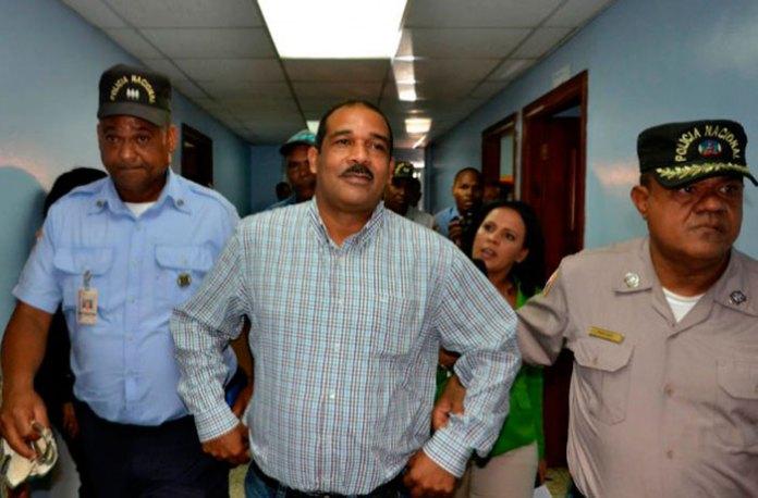 Nelson Sosa (Opy) custodiado por dos agentes de la Policía