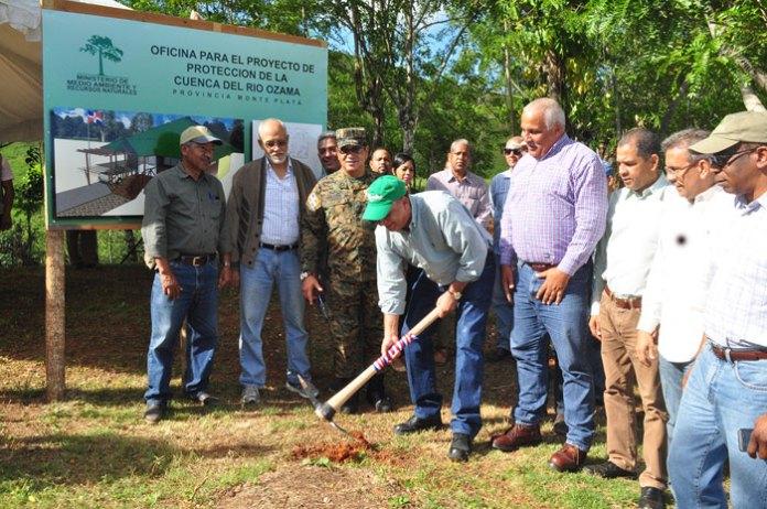 El ministro de Medio Ambiente, observa los inicios de la construcción de la nueva oficina de vigilancia y protección de la Cuenca del Río Ozama