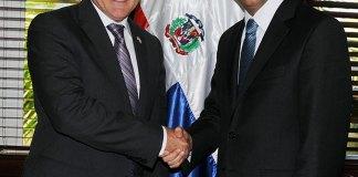 El ministro de Relaciones Exteriores, Andrés Navarro, recibe al embajador de los Estados Unidos, James W. Brewster.