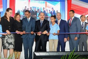 Danilo entrega dos escuelas y una estancia infantil en Santiago