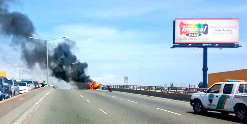 Se incendia vehículo en elevado de la avenida Jhon F. Kennedy