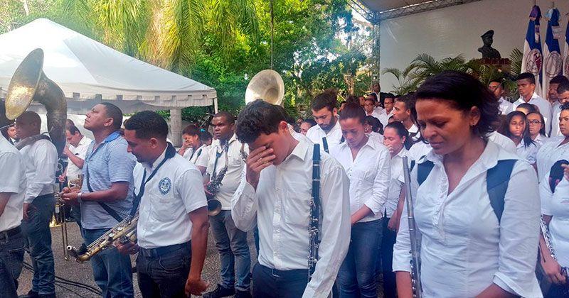 Director Escuela de Música UASD muere tocando su última pieza en graduación