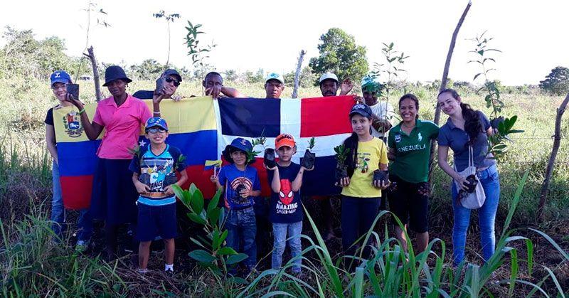 Venezolanos realizan reforestación en la ribera del río Guaraguao
