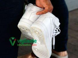 zapatos en las manos