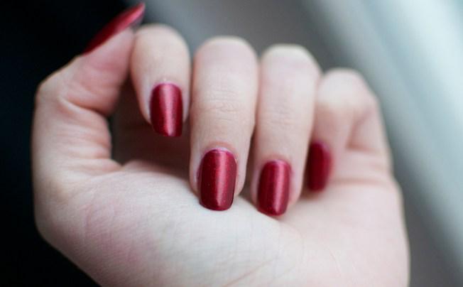 punainen_glitter_kynsi