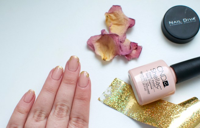 nude_nails_with_gold_viilankantolupa