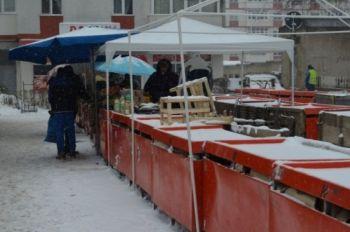 1-cu-marfa-sub-zapada-ce-spun-autoritaile-despre-comercianii-din-piaa-viilor-care-isi-sufla-in-pumni-de-frig