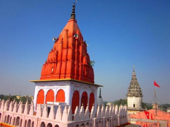 1. हनुमानगढ़ी, अयोध्या : हनुमानगढ़ी मंदिर अयोध्या में स्थित है। यह मंदिर अयोध्या में सरयू नदी के दाहिने तट पर एक ऊंचे टीले पर स्थित है। यहाँ तक पहुँचने के लिए 76 सीढिय़ाँ चढऩी होती हैं। यहाँ पर स्थापित हनुमान जी की प्रतिमा केवल छ: (6) इंच लम्बी है, जो हमेश फूल-मालाओं से सुशोभित रहती है। आगे चलिए, देखते हैं मेंहदीपुर में बालाजी.......