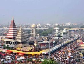 6. महावीर हनुमान मंदिर, पटना (बिहार) : पटना जंक्शन के ठीक सामने महावीर मंदिर के नाम से श्री हनुमानजी का मंदिर है। उत्तर भारत में माँ वैष्णों देवी मंदिर के बाद यहाँ ही सबसे ज्यादा चढ़ावा आता है। इस मंदिर को प्रतिदिन लगभग एक लाख रुपये की आय होती है। आपको यहां के दर्शनों के अलावा यह भी बता दें कि इस मंदिर के अन्तर्गत महावीर कैंसर संस्थान, महावीर वात्सल्य हॉस्पिटल, महावीर आरोग्य हॉस्पिटल तथा अन्य बहुत से अनाथालय एवं अस्पताल चल रहे हैं। यहाँ श्री हनुमान जी संकटमोचन रूप में विराजमान हैं। अगला पिक -