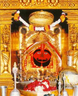 4. सालासर हनुमान मंदिर, सालासर (राजस्थान) : राजस्थान के चुरू जिले में सालासर नामक गाँव में स्थित हनुमान प्रतिमा में हनुमान जी की दाढ़ी-मूछें भी हैं। इसके संस्थापक श्री मोहनदासजी बचपन से श्री हनुमान जी के प्रति अगाध श्रद्धा रखते थे। माना जाता है कि हनुमान जी की यह प्रतिमा एक किसान को हल चलते हुए मिली थी, जिसे सालासर में सोने के सिंहासन पर स्थापित किया गया है। यहाँ हर साल भाद्रपद, आश्विन, चैत्र एवं वैसाख की पूर्णिमा के दिन विशाल मेला लगता है। क्लिक करें इस तस्वीर पर, आगे चलते हैं चित्रकूट में-